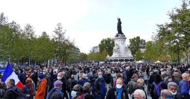 Gedenkveranstaltung am 18. Oktober 2020 auf dem Place de la République in Paris Foto: Siren-Com Lizenz: Gemeinfrei
